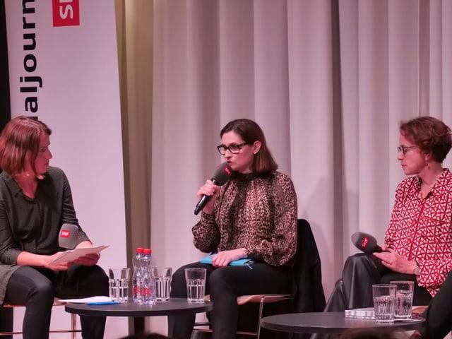 Gianna Hablützel-Bürki mit Mikrophon