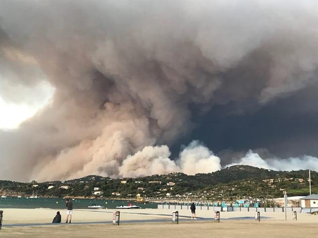Rauchsäule hinter Strand