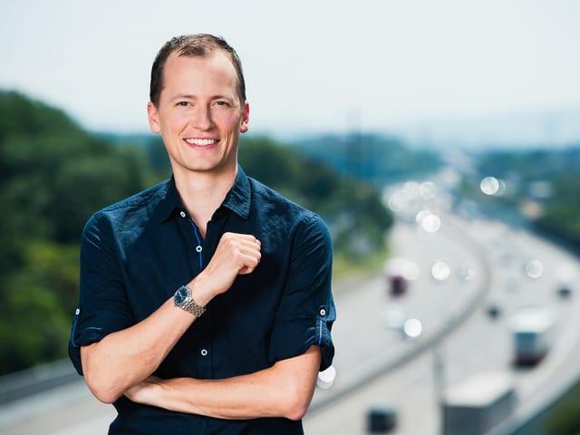 Michael Weinmann vor der Autobahn