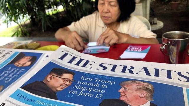 Zeitungsschlagzeile mit Treffen Trump-Kim am 12. Juni.