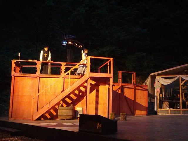 Abt auf der Bühne