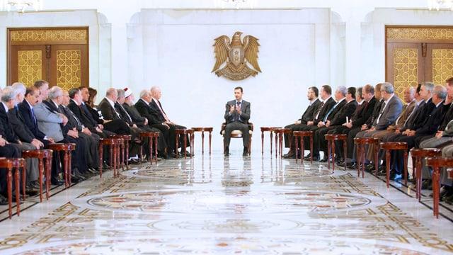 Der syrische Staatspräsident Baschar al-Assad bei einem Treffen mit Vertretern des Libanons.