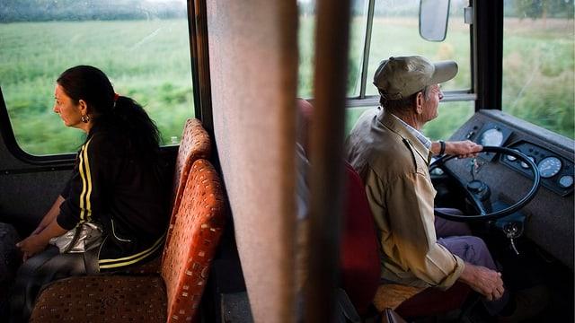 Eine Frau fährt in einem Bus.