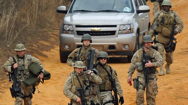 Bewaffnete Einsatzkräfte.