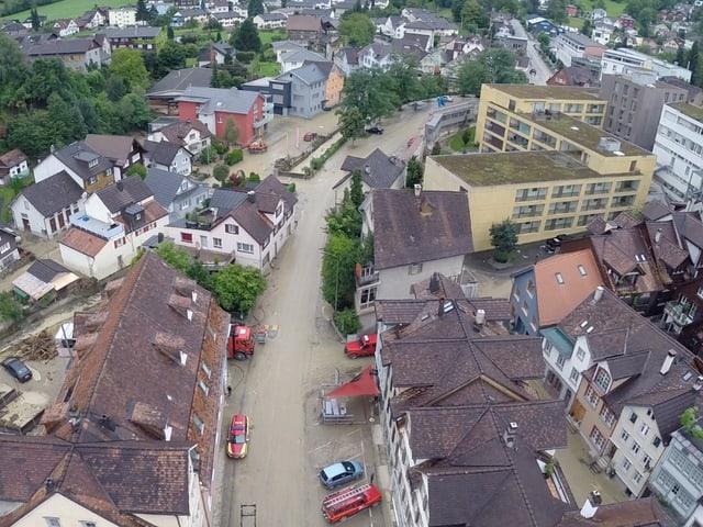 Wasser fliesst an Häusern vorbei, Altstätten überschwemmt