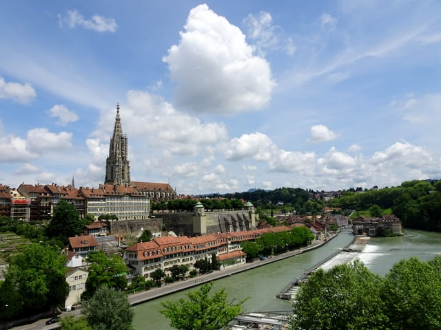 Berner Altstadt mit Aare und kleinen Wolken am Himmel.