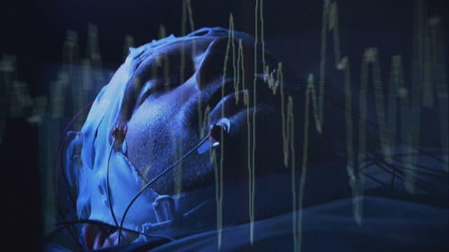 Bildmontage: Ein schlafender Mann mit Elektroden, im Vordergrund die Hirnstromwellen.
