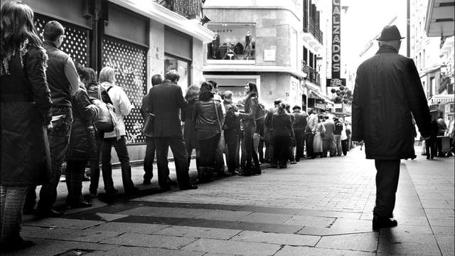 Eine lange Schlage vor einem Lotto-Geschäft in Madrid.