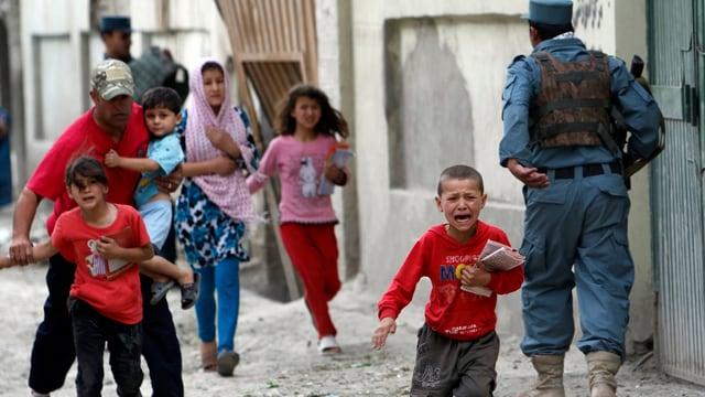 Schreiende Kinder auf einer Srasse