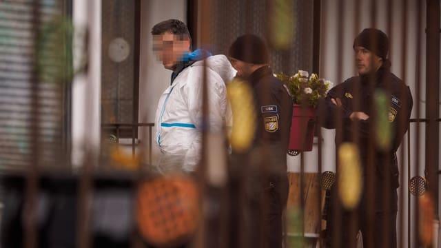 Einem Mann wird von Polzisten Handschellen angelegt.