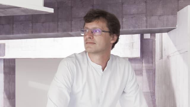 Andreas Ruby schaut nach links. Er sitzt im Architekturmuseum.