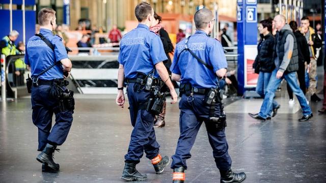 Drei Polizisten bei einer Patrouille am Zürcher Hauptbahnhof.