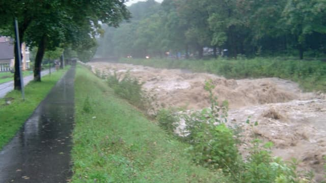 Blick auf die Kleine Schliere während den Unwettern von 2005: Das Wasser ist hoch und braun und schwappt beinahe über die Ufer.