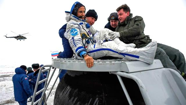 Kosmonaut Joseph Acaba enmtsteigt der Sojus-Kapsel.
