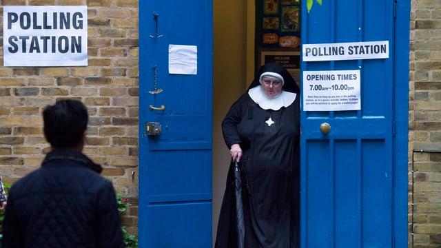 Nonne verlässt Wahllokal
