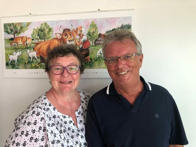 Ueli und Martina Grossenbacher vor einem Kalender