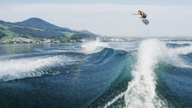 Video «Doppelter Rückwärtssalto: Wakeboarden am Limit» abspielen