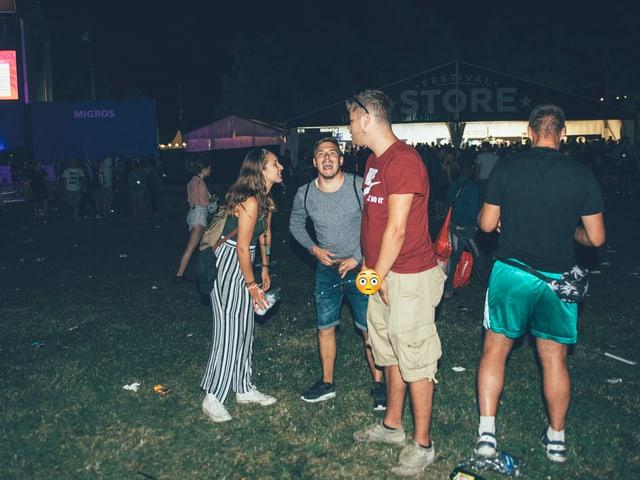 Festivalbesucher am Pinkeln