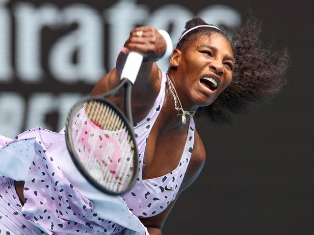 Serena Williams bei einem Aufschlag