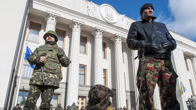 Ukrainische Soldaten stehen vor dem Parlamentsgebäude in Kiew.