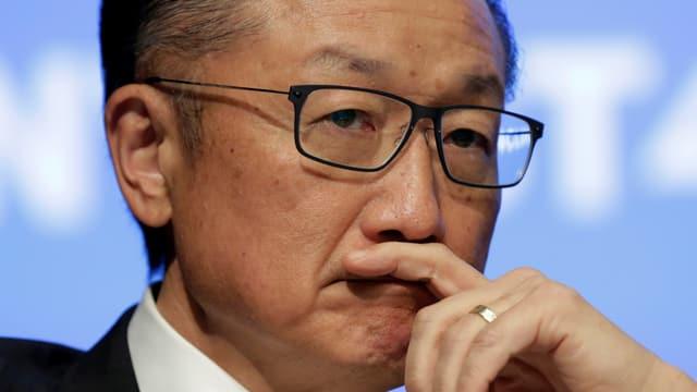 Weltbank-Präsident Jim Yong Kim in Grossaufnahme mit einer Hand am Mund.