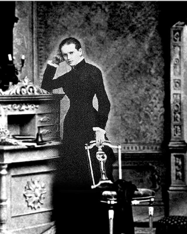 Lou Andreas-Salomé am Kamin posierend auf einer Aufnahme von 1900.