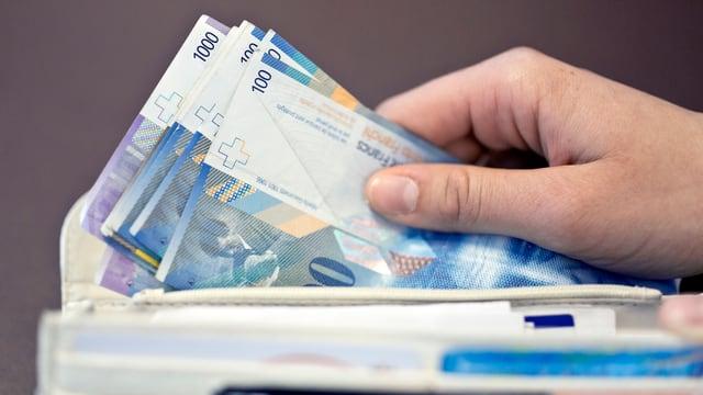 Einige Banknoten in einem Portemonnaie.