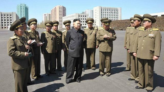 Il manader da la Corea dal Nord Kim Jong-un cun generals.