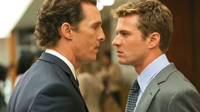 Zwei Männer im Anzu schauen sich provozierend in die Augen.
