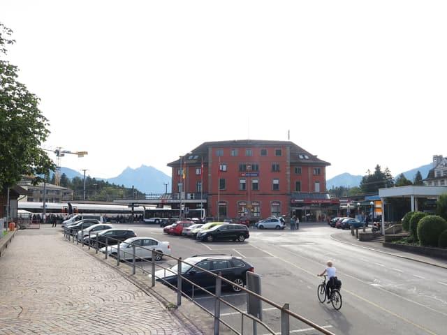 Blick auf den Bahnhofplatz beim Bahnhof Arth-Goldau.