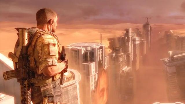 Spielszene: Ein Soldat blickt auf eine Stadt, die in der Wüste in einem Graben versinkt.