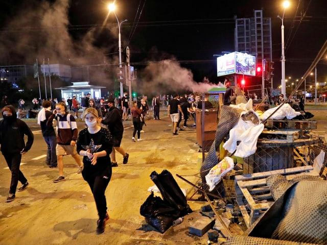 Menschen protestieren in Weissrussland, überall liegen Trümmerteile herum.