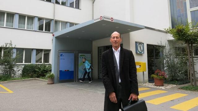 Ralph Alexander Schmid vor dem Spital Tafers.