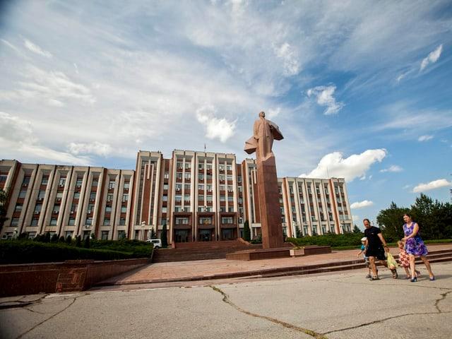 Regierungsgebäude mit Lenin-Statue