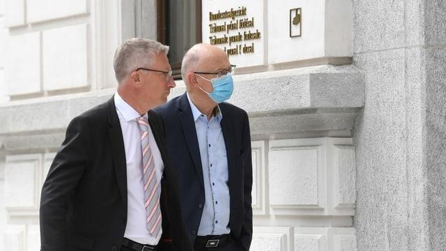 Der Manager und ehemalige Firmensanierer Hans Ziegler (R) trifft mit seinem Anwalt Patrick O'Neill am Montag, 7. Juni 2021 zum Prozess am Bundesstrafgericht in Bellinzona ein.