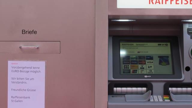 Zettel an Bankomat weist darauf hin, dass keine Eurobezüge mehr möglich sind.