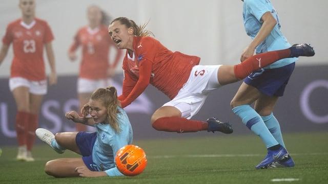 Frauenfussball, eine Spielerin fliegt quer über den Rasen.