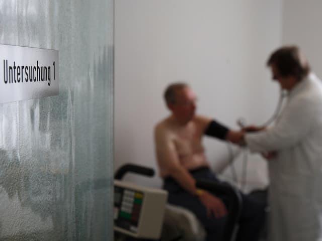 Ein Arzt untersucht einen Patienten.