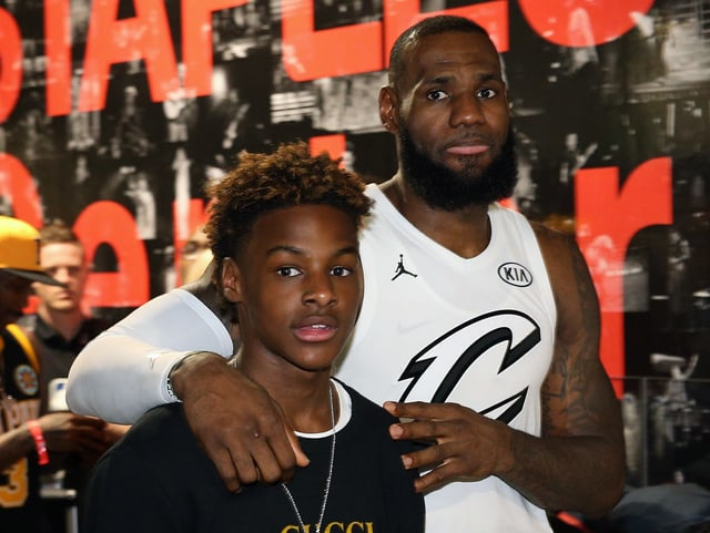 LeBron James posiert mit seinem Sohn.