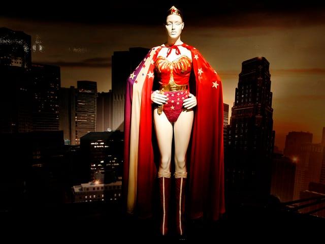 Das rote Kostüm der Superheldin