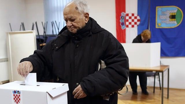 Maletg simbolic: Um croat che metta il cedel da votar en l'urna.