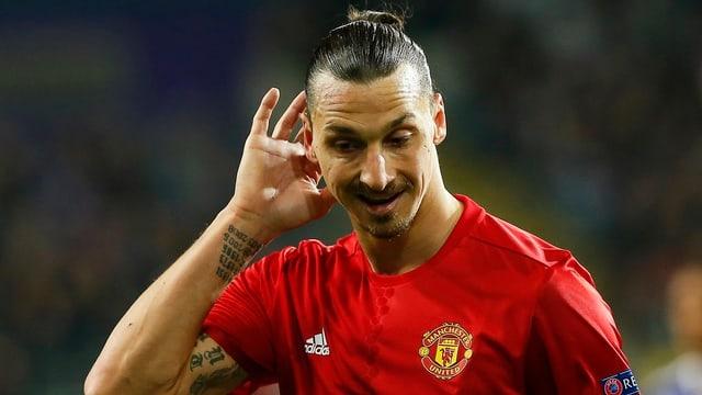 Zlatan Ibrahimovic wirkt auf dem Rasen ratlos.