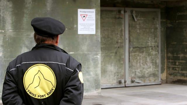 Ein Security vor der Swiss Fort Knox.