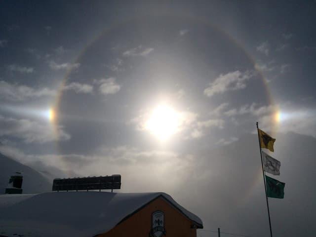 Um die Sonne ein Ring und zwei kleinere Sonnen daneben.
