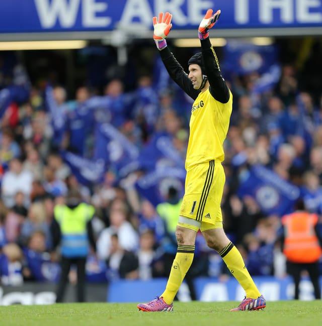 Petr Cech winkt mit beiden Händen in die Zuschauerränge an der Stamford Bridge.