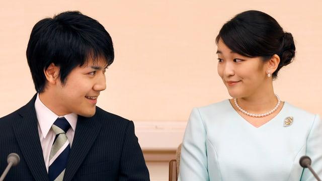 Das frisch verlobte Paar an der Pressekonferenz.