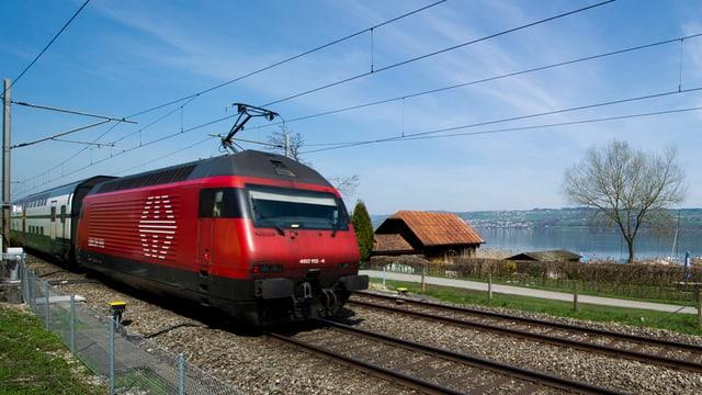 Zug in Fahrt auf einem Gleis