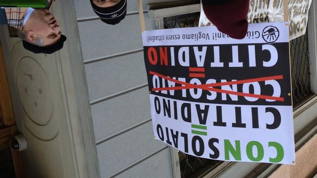 Rolando Ferrarese (ganz rechts) an der Demonstration vor dem Italienischen Konsulats in St. Gallen.