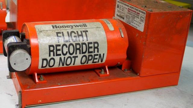Die leuchtend orange Black Box eines Verkehrsflugzeugs