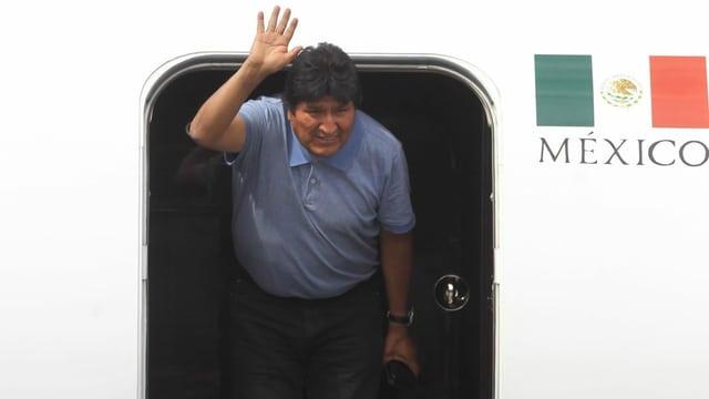 Morales steigt aus einem Flugzeug